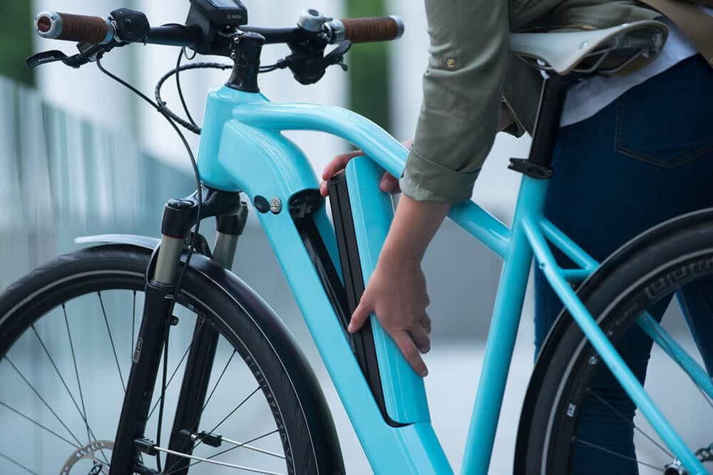 E-Bike-Akku wird aus Fahrradrahmen entnommen