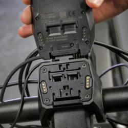 Bosch Nyon E-Bike Computer Rückseite und Adapterplatte mit Kontakten