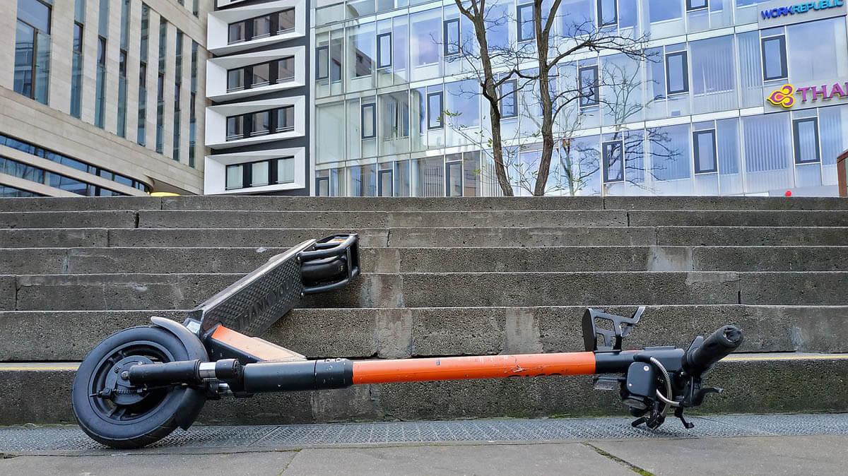 Mitten auf einer Treppe liegende E-Roller