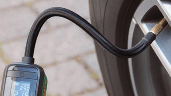 Aufpumpen eines Autoreifens mit der Akku-Druckluftpumpe Bosch Easypump