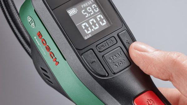Detailaufnahme der Tasten der Akku-Druckluftpumpe Bosch Easypump
