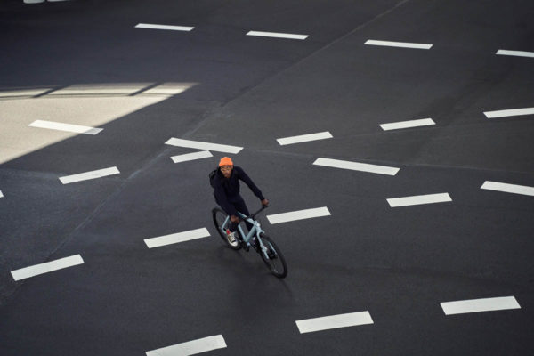 Fahrer mit E-Bike von Vanmoof auf leerer Straße