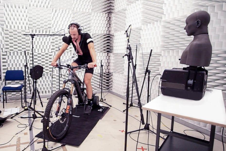 Aufnahme im reflexionsarmen Halbraum für E-Bike-Soundanalyse von Fazua
