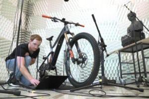 Testaufbau im Akustiklabor für E-Bike-Soundanalyse von Fazua