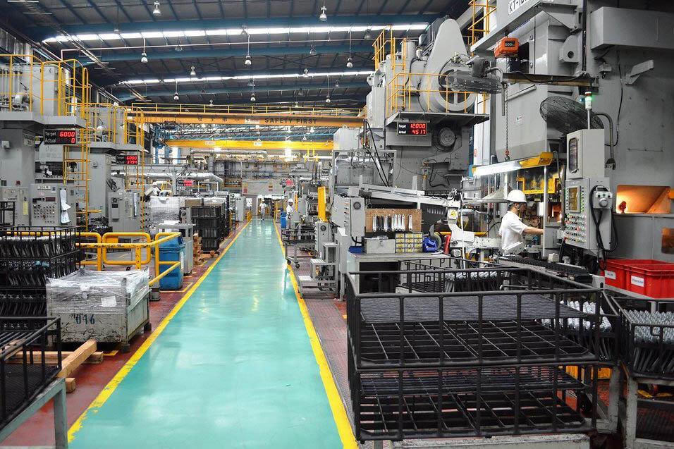 Fertigung von Fahrradkomponenten in der Fabrik von Shimano in Malaysia